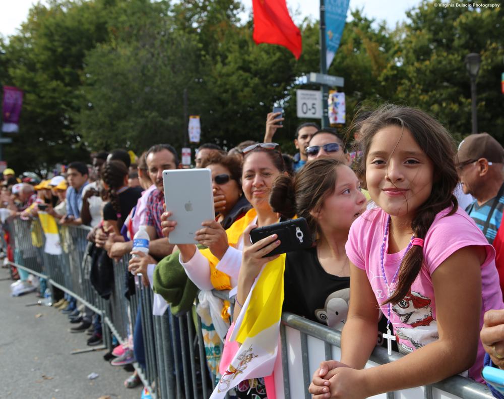 Miles de familias se reunieron en Benjamín Franklin Parkway, en Filadelfia para saludar a el papa Francisco.
