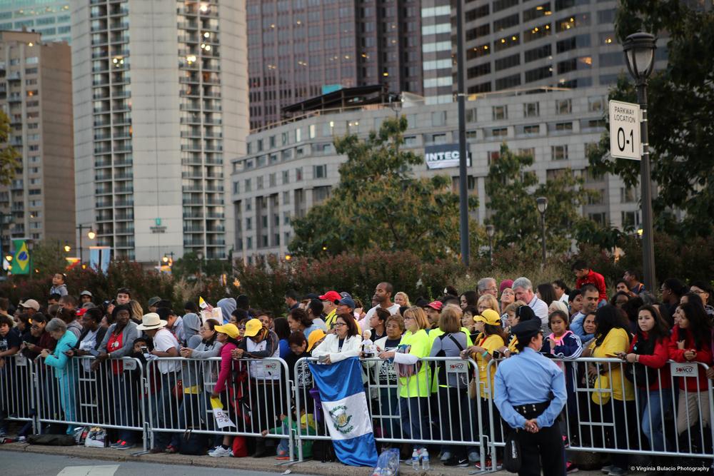 Visitantes esperando a saludar a el papa Francisco en el Benjamin Franklin Parkway, Filadelfia.