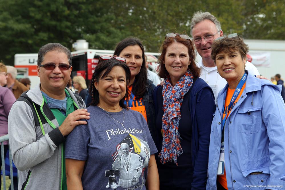 Miles de familias asistieron a la misa de clausura, entre ellos esta familia de Filadelfia y de Puerto Rico.