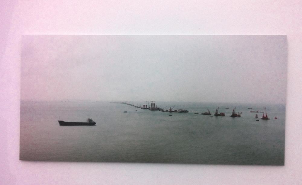 Alexis Destoop,  Four Directions of Heaven . Hier de haven van Hong Kong geblokkeerd door schepen vanactievoerders.