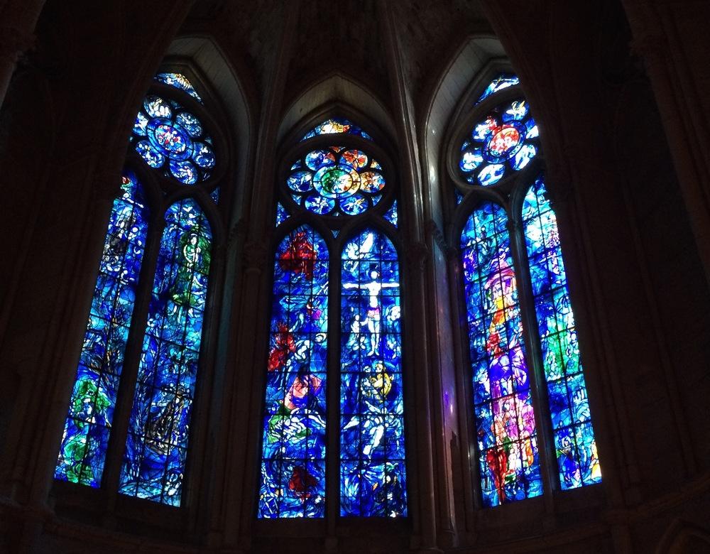 Marc Chagalls glasraam in de kathedraal van Reims: links het Oude Testament met de Boom van Jesse, midden het Nieuwe Testament, rechts de koningen van Frankrijk (met o.a. Clovis, Jeanne d'Arc en Lodewijk IX) (1974)