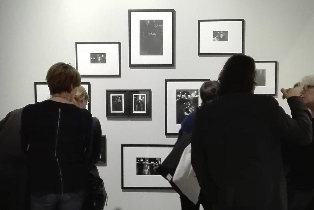 Sfeerbeeld van de opening van Saul Leiters retrospectieve tentoonstelling in het FoMu.