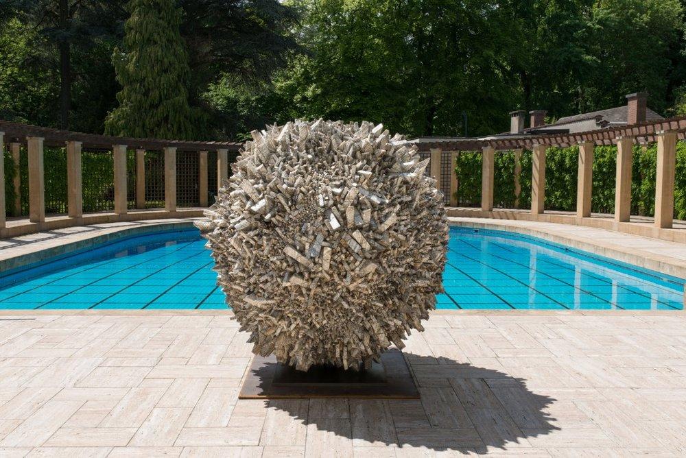 De sculptuur van Chun Kwang Young, aan het zwembad van Villa Empain.