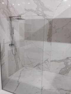 Shower with porcelain surface resembling marble.