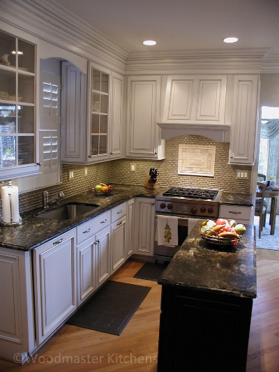 Kitchen design with a textured tile backsplash and contrasting tile inset.
