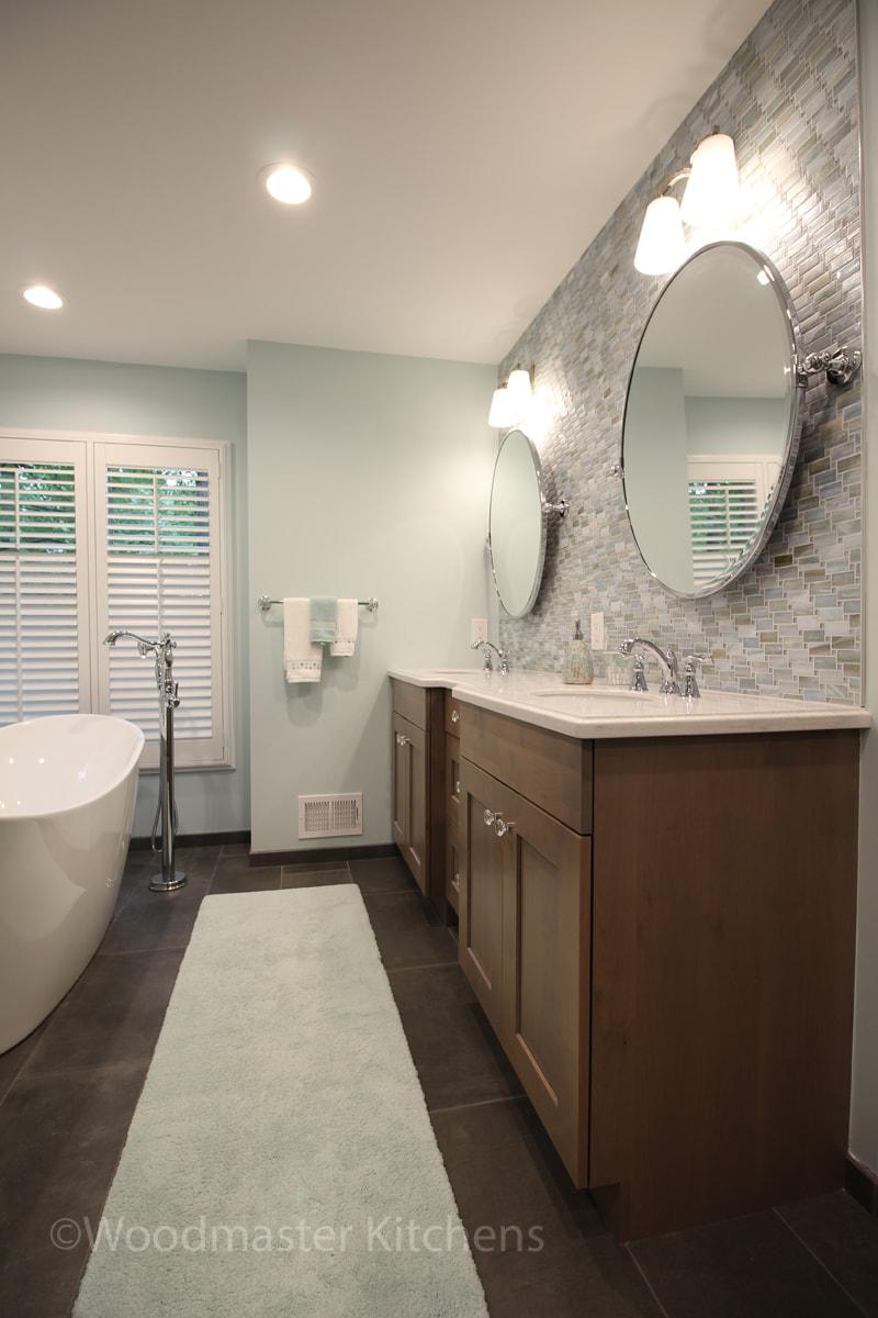 bathroom design with rug