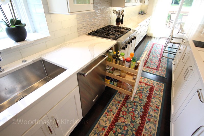 Kitchen storage with spice pull out