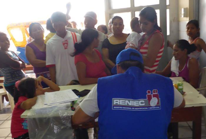 RENIEC employee registering people for their DNI's in Bélen.