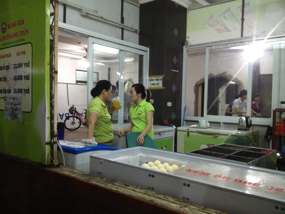 employee not working at icecream shop / 働かない職員