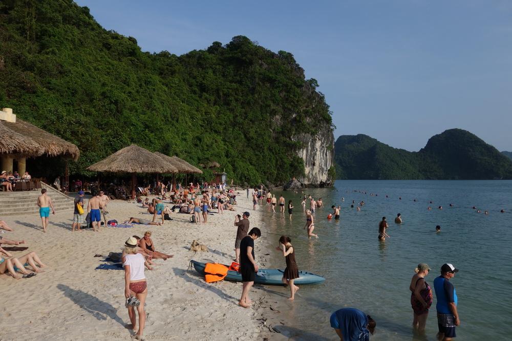 beach in halong bay / ハロン湾の海