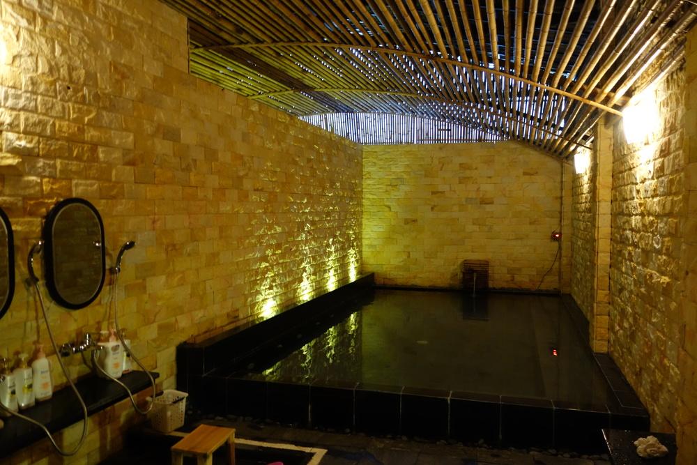 bath with bamboo interior/ 竹のルーバーを使った風呂