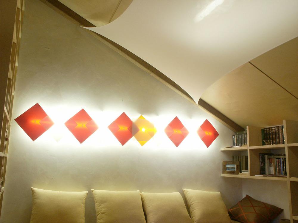 На стене комплект clips-square на люминисцентных лампах.