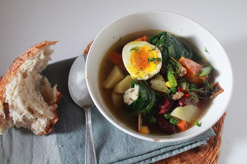 Πολύχρωμη σούπα με ρολά λάχανου και φέτας και αυγά μελάτα