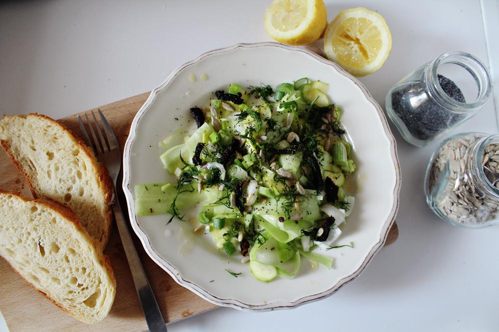 Φρέσκια Σαλάτα με αγγούρι, ωμό κολοκυθάκι, λιαστές ντομάτες, ηλιόσπορους και παπαρουνόσπορο