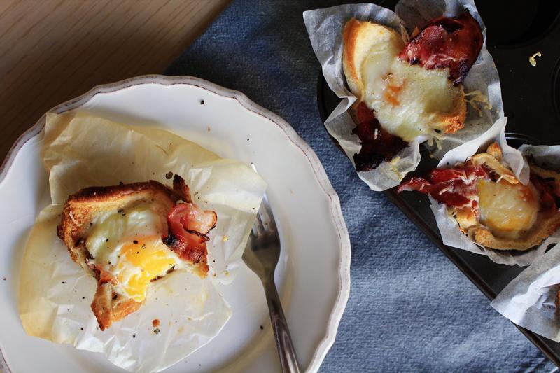 Ψωμένια κουπάκια με τηγανιτό αυγό & μπέικον
