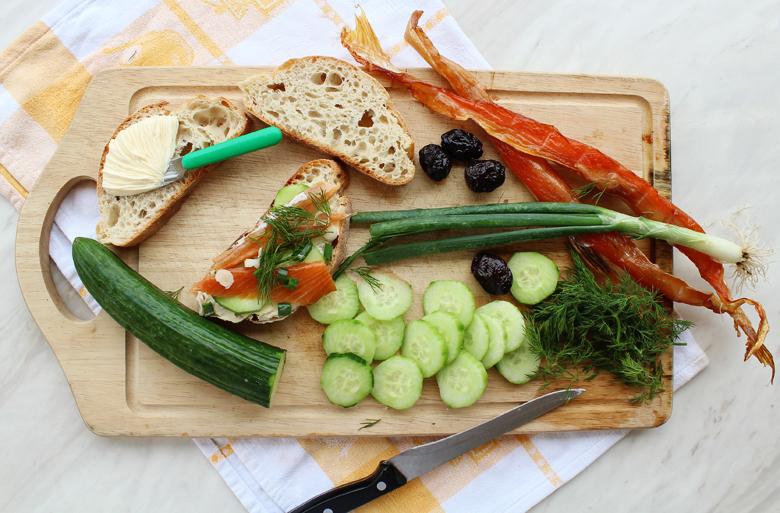 Σάντουιτς με καπνιστό σολωμό, αγγουρι, βούτυρο και κρεμμυδάκι 2