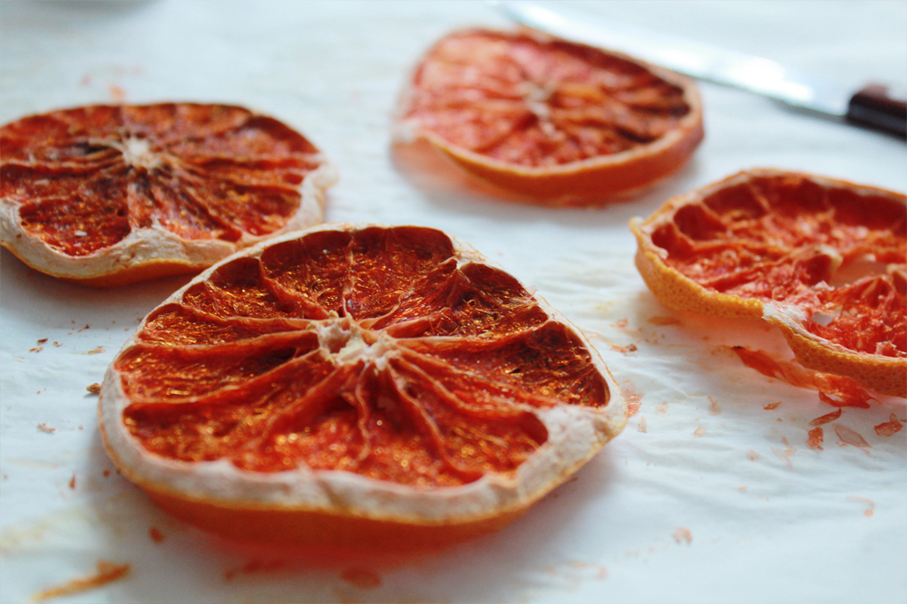 How to make coasters from dried blood orange slices (via inwhirlofinspiration.com) 3
