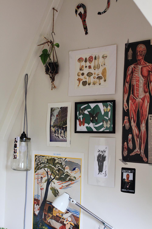 Θα χρειαστείτε: - - Πράσινο ριζόχαρτο-Ψαλίδι-Στυλό-Ένα κάδρο με άσπρα περιθώρια γύρω από την φωτογραφία/έργο