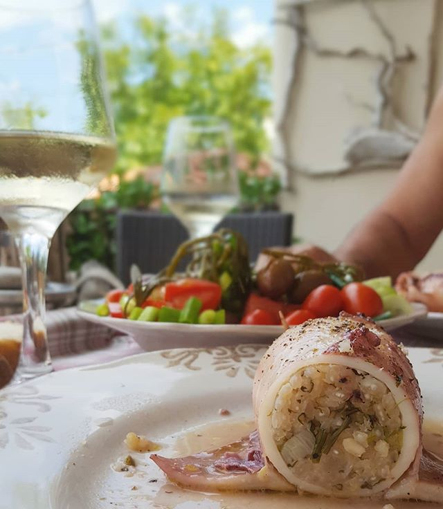 34°C cut your appetite in half, unless we are talking about squid filled with rice, dill and chopped squid tentacles, a rich salad, and cold white wine. Theeeen, in your face 33°C. 😋🐙