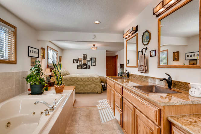 14804 NE Newport St Portland-small-019-24-Master Bathroom-666x445-72dpi.jpg