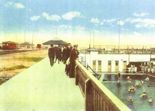 #ThrowbackThursday This circa 1920 postcard image shows people peering over the famed Saltwater Plunge near the pier, where bathers could enjoy a warm dip during the cooler weather 💦 Sadly, the Plunge was removed in the early 1960s 🏊🏼♀️ More #history on the blog 👉🏾 mainandpch.com (link in bio) . . . . #tbt #huntingtonbeach #hbpier #saltwaterplunge #plunge #1920 #1920s #20s #roaring20s #vintage #classic #oldschool #hblife #hblocal #hblove #surfcityusa #oc #orangecounty #socal #southerncalifornia #nostalgic #nostalgia #chrisepting @chrisepting