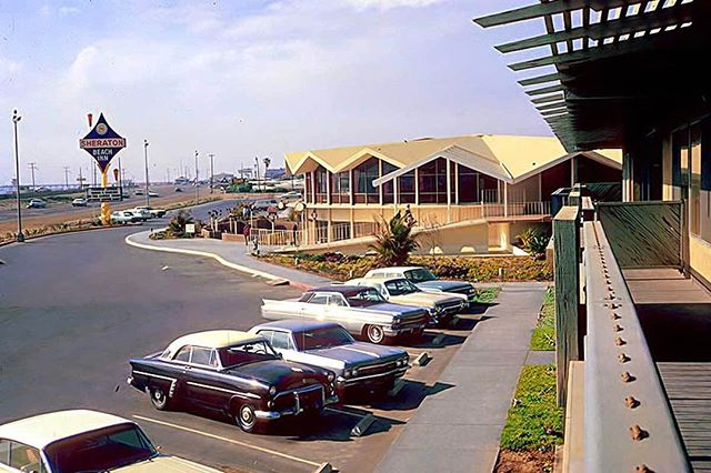 #ThrowbackThursday to 1964 with a rad snap of the oh-so-retro Sheraton Beach Inn along PCH. 🖤Check our blog post to see what's there now 👉🏽mainandpch.com (link in bio) . . . . #tbt #huntingtonbeach #hb #sheratonbeachinn #pch #pacificcoasthighway #midcenturymodern #foldedplate #retro #architecture #vintage #classic #oldschool #surfcityusa #oc #orangecounty #socal #southerncalifornia #nostalgic #nostalgia #chrisepting @chrisepting