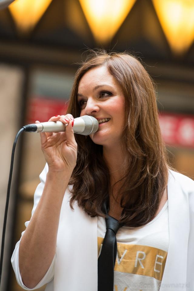 Moderatorin und Sängerin Iza Höll  Foto: Boris Kownatzki
