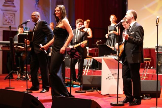 Sängerin Iza Höll mit JJFetzer Orchestra beim SemperOpernball 2014 in Dresden  Foto. Doreen Giese