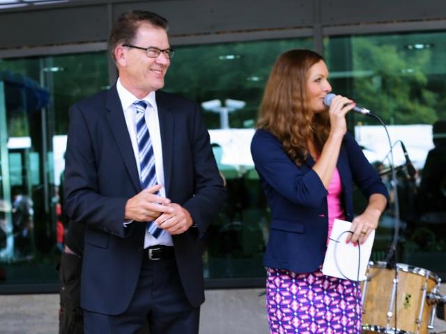 Deutsch polnische Moderatorin Iza Höll mit dem Bundesentwicklungsminister Dr. Gerd Müller im  BMZ beim Tag der offenen Tür