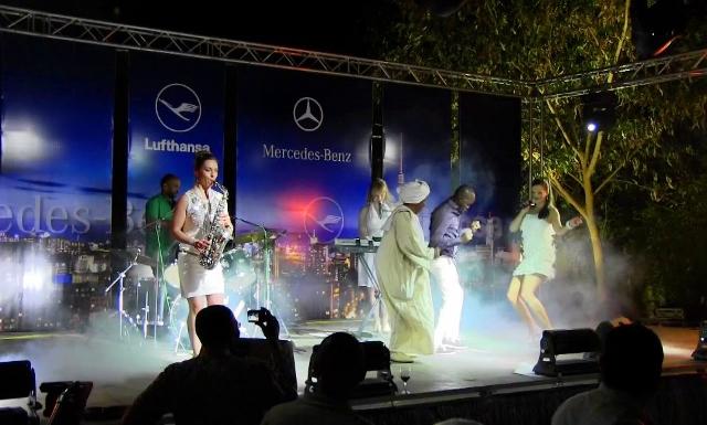 Sängerin Iza Höll mit Band bei einer Charity-Gala der Deutschen Botschaft in Khartoum