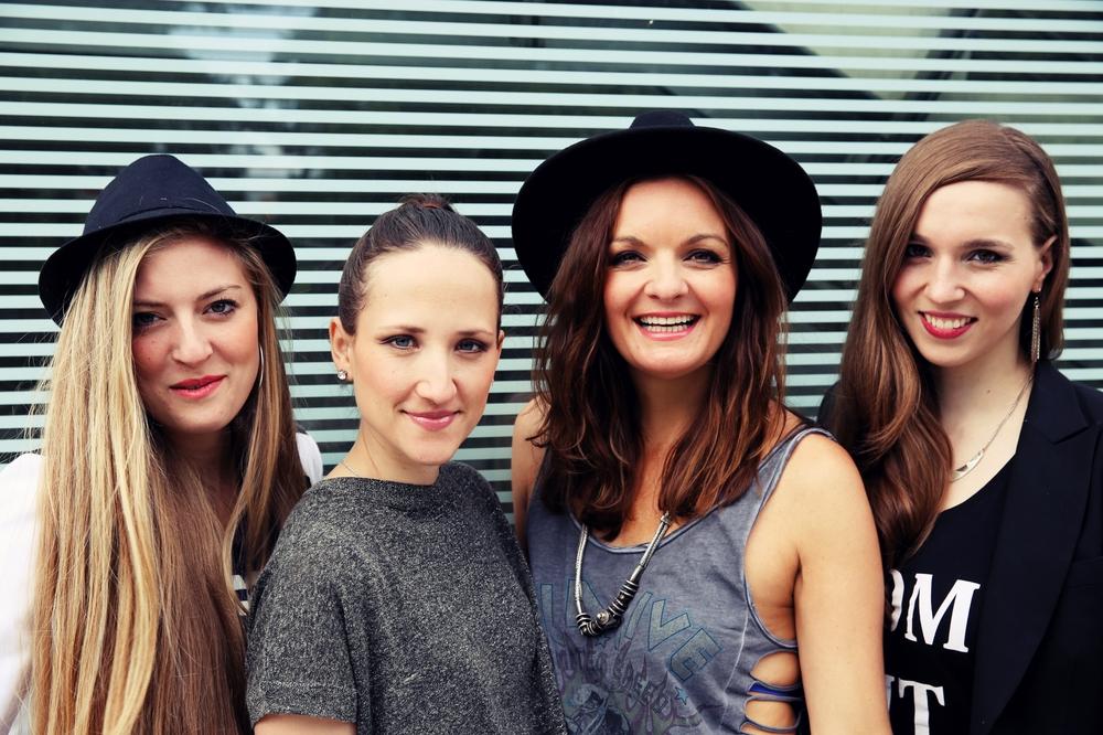 Frauenband Sunset Orange mit Gitarristin, Schlagzeugerin, Sängerin und DJane