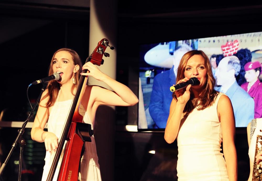 Sängerin und Moderatorin Iza Höll mit der Lounge Frauenband Sunset Orange im Berliner Club 40 Seconds