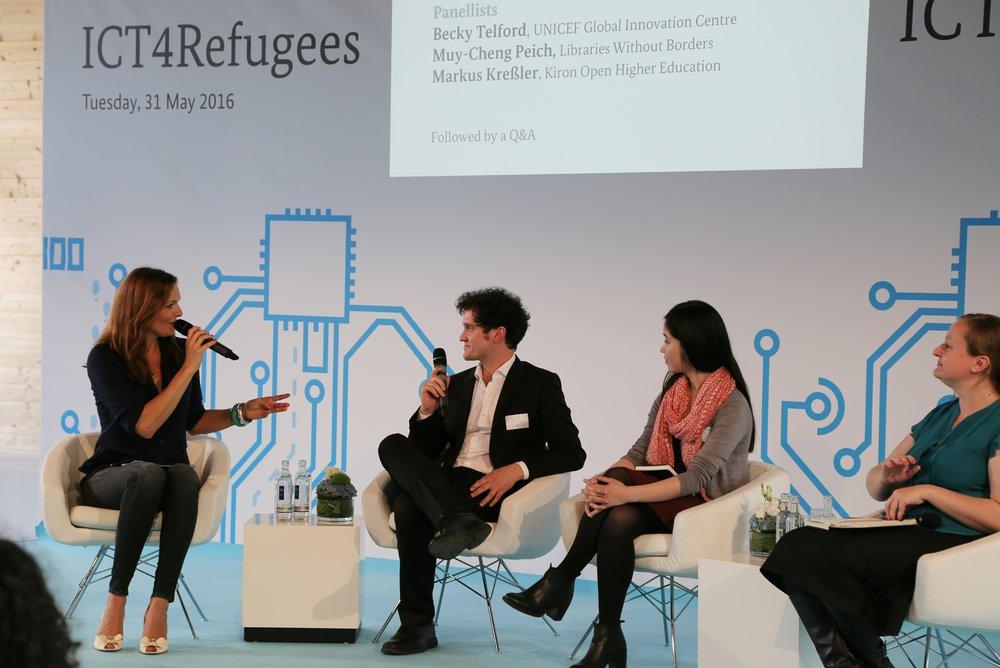 Moderatorin Iza Höll bei der Konferenz ICT4Refugees in Berlin