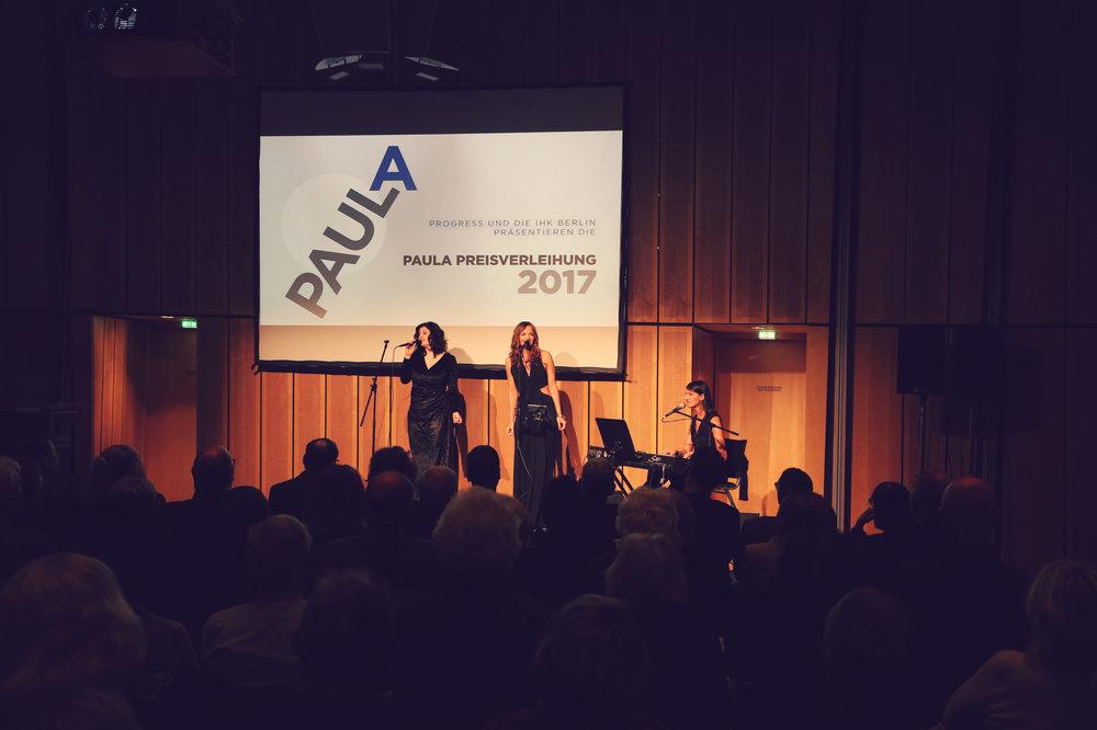Moderatorin und Sängerin Iza Höll mit dem Vocal Trio ISANI bei der Paula Filmpreisverleihung