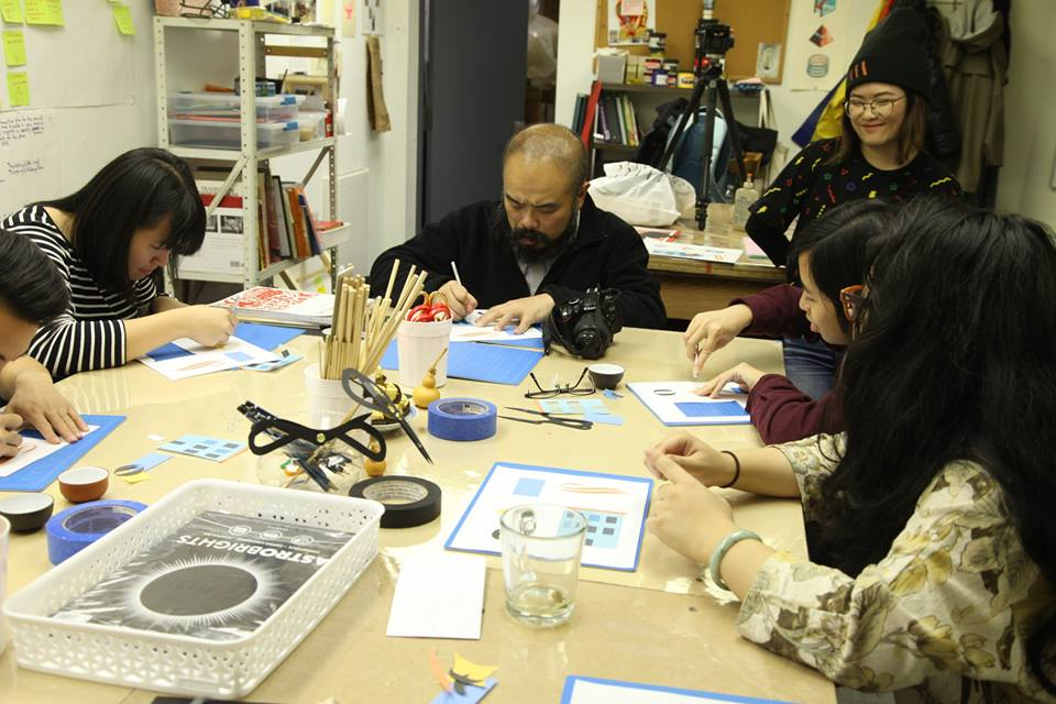 Landyn Pan, He, Dominic Wong, Clara Lu, Huiying Chan, and Emily Mock (left to right) practice using blade knives and Chinese scissors during a W.O.W. Shadow Puppet Theater workshop. Image credit: Benjamin Lundberg Torres Sánchez //  標題:Landyn Pan, He, Dominic Wong, Clara Lu, Huiying Chan, and Emily Mock (從左到右)在『皮影戲院』作坊上練習採用手工刀和古式剪刀 Benjamin Lundberg Torres Sánchez攝