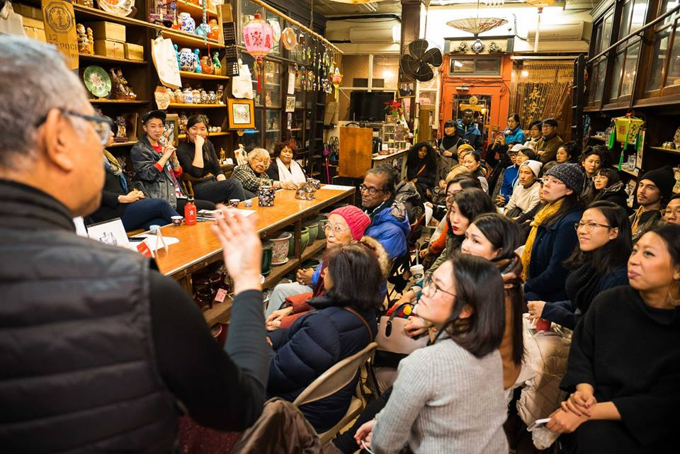 Rocky Chin speaks to the audience of the Sweeping Away Evil Panel on January 25, 2018, featuring panelists Donna Mah, Jes Tom, Melanie Wang, Muriel Miguel, and Fay Bonas and moderated by 店面 Storefront Artist-in-Residence Emily Mock. Image credit: Eric Jenkins-Sahlin // 標題:Rocky Chin在 2018年1月25日的『掃除邪惡小組對談』面對觀眾發言。小組對談嘉賓由於Donna Mah, Jes Tom, Melanie Wang, Muriel Miguel, Fay Bonas,與『店面駐地項目藝術家』主持人Emily Mock。Eric Jenkins-Sahlin攝