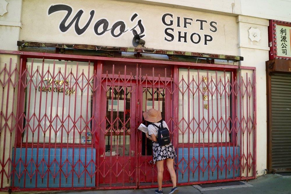 CCED主办者Frankie Hunynh 看关门的礼品店,Vipul Chopra摄影