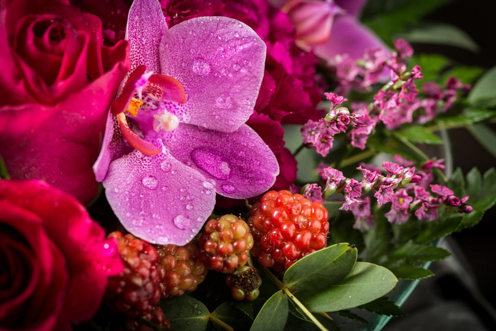 Blomsterdekorasjon i glassvase