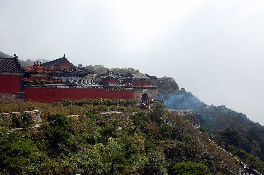 Temple atop Tài Shān 泰山 (Wikimedia Commons)