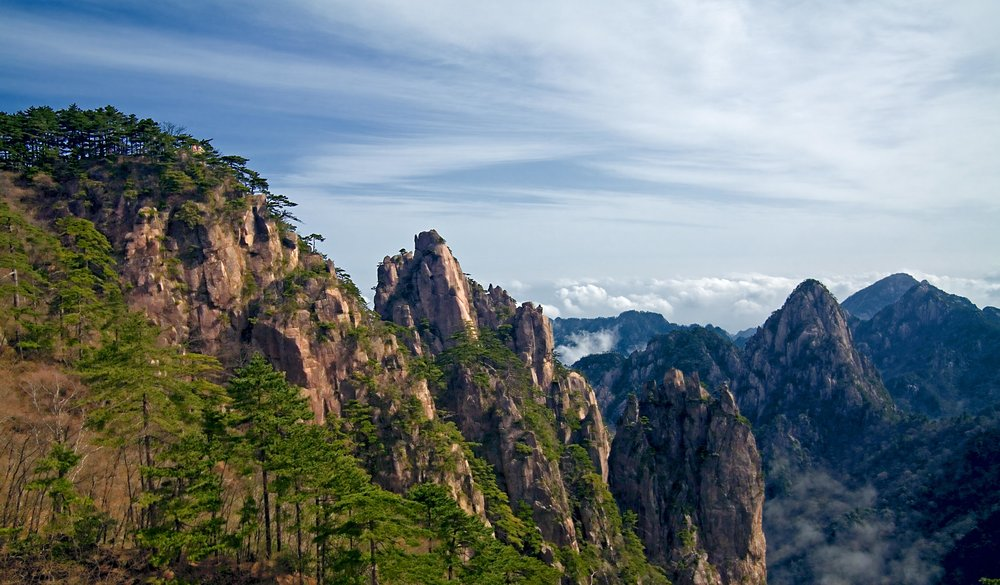 Peaks of Huáng Shān 黄山 rise above the clouds (Wikimedia Commons)