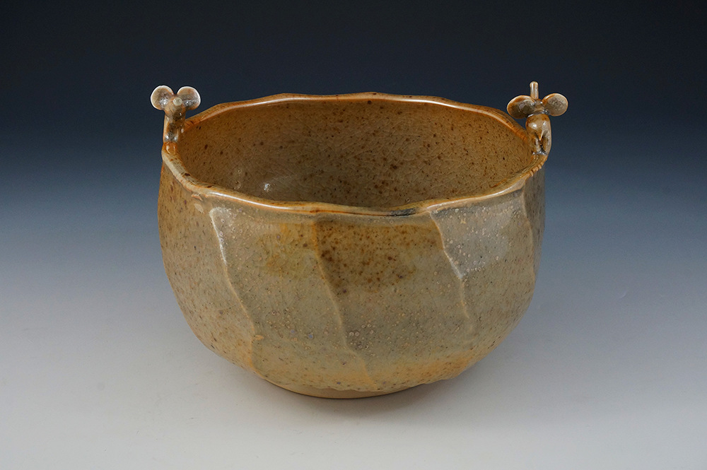 Faceted bowl with 2 elephants