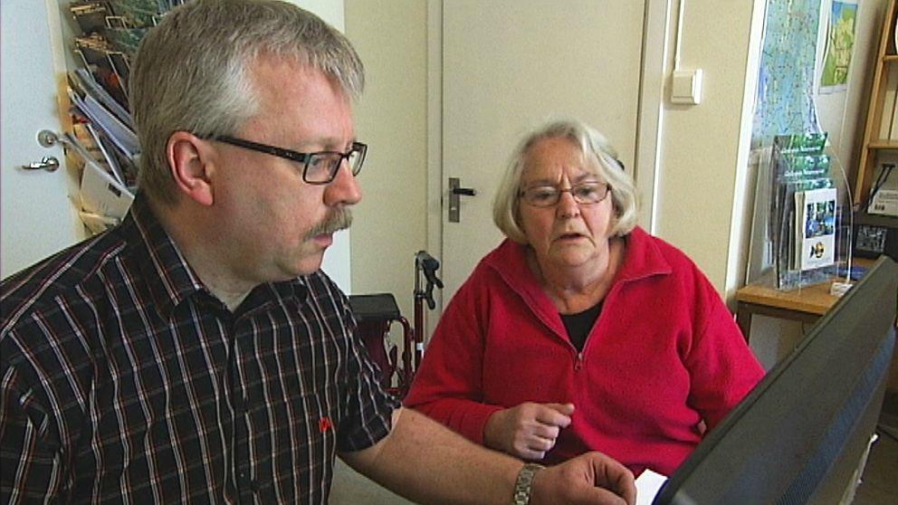 Rikard Ohlin hjelper Gerd Wahlgren_Foto_SVT.jpg