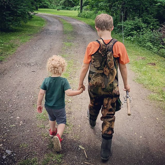 You're never too young to be somebody's mentor. #takeakidfishing #takeakidoutdoors #thehuntingdaddies #bigbrolittlebro #wetlines #outdoorkids #gonefishing