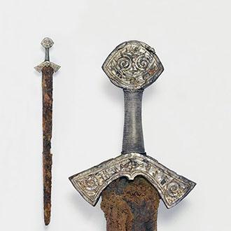 Langeidsverdet fra første halvdel av 1000-tallet vitner om tiden da vikingtiden gikk mot slutten og den kristne middelalderen var i emning. Foto: Vegard Vike, Kulturhistorisk museum / UiO.