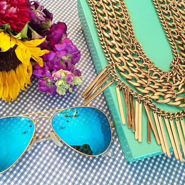 Fresh flowers, mirrored aviators, and my favorite statement necklace 💐 Yup, it's almost the weekend!! Happy Friday!!