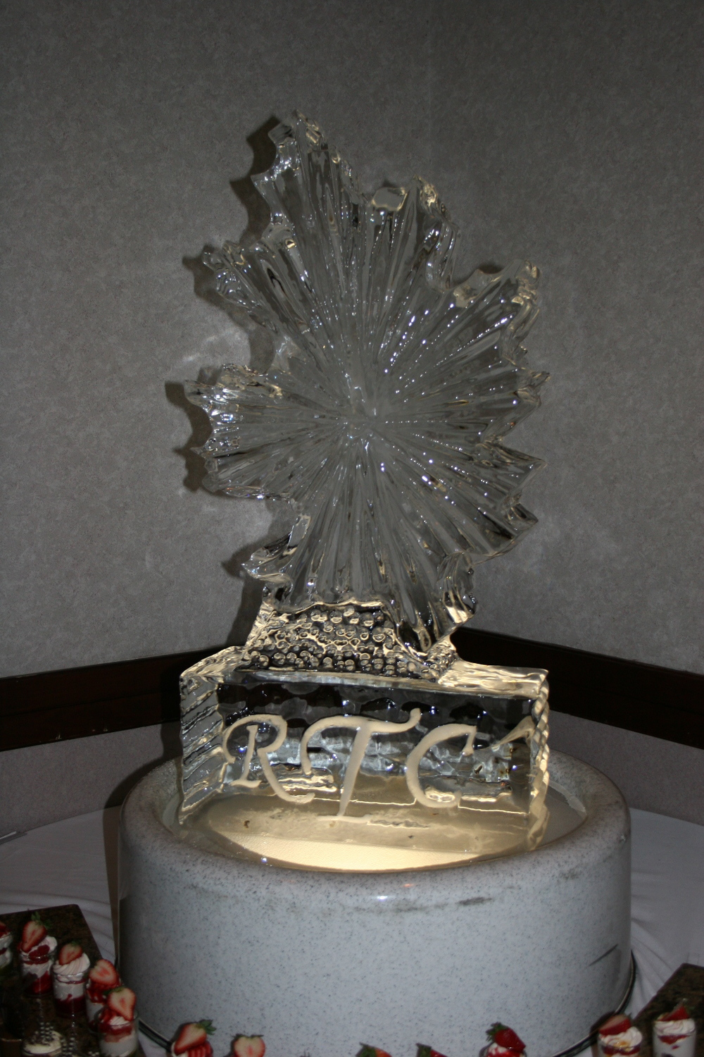 Ice Sculpture-Tabletop-Fall Leaf.jpg