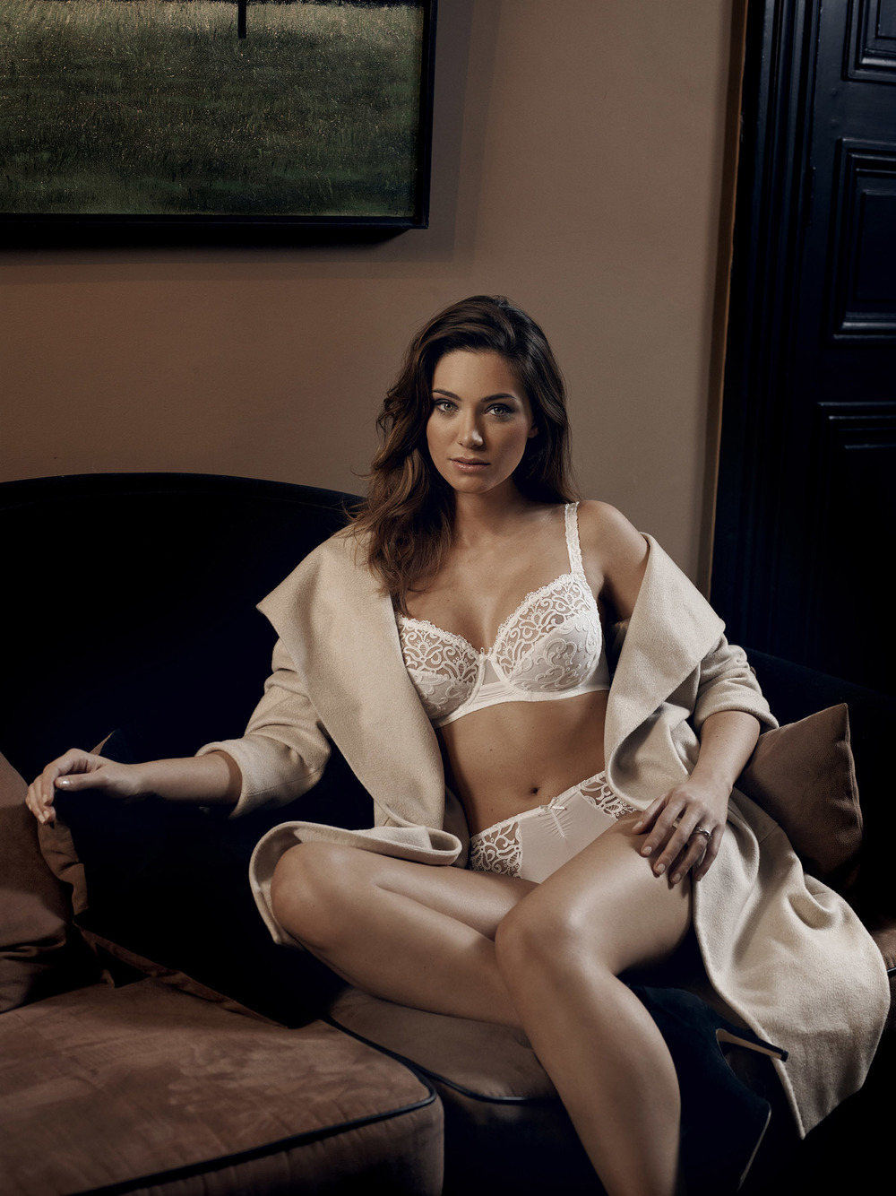 Simone Pérèle Folies   Folies's exquisite, vibrant nature is in every detail: elegant bra straps, designs on the backs of each panty and a captivating nightdress that combines exquisitely draped fabric with striking ornamental embroidery.  Size: B-F | 34-38 Colors: Red and White