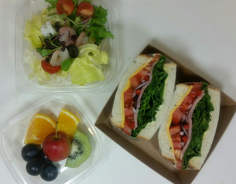 베이컨 샌드위치와 샐러드 과일이 세트로 구성된 메뉴입니다. 각종 회의나 세미나에 적합한 구성이예요. 제스트 샌드위치는 큼직한 토마토와 신선한 재료들이듬뿍 들어있습니다.