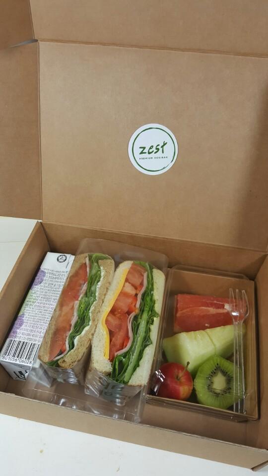 선물같은 상자에는 샌드위치와 과일 음료가 들어 있습니다.