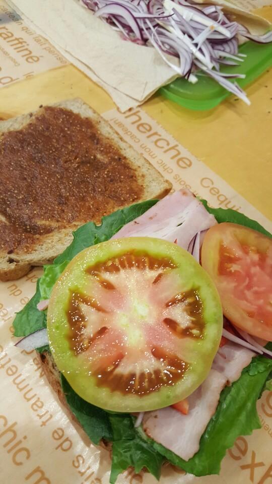 토마토 색이 너무 예뻐요. 건강에 좋은 토마토를 제스트는 큼직큼직하게 넣습니다.